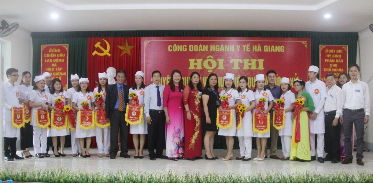 Ban tổ chức trao cờ lưu niệm cho các Đội tham dự hội thi