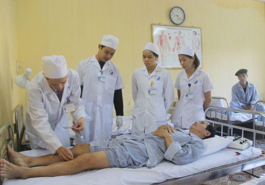Đoàn Bệnh viện Châm cứu Trung ương hướng dẫn kỹ thuật Đại trường châm cho người bệnh tại Bệnh viện Y dược cổ truyền tỉnh